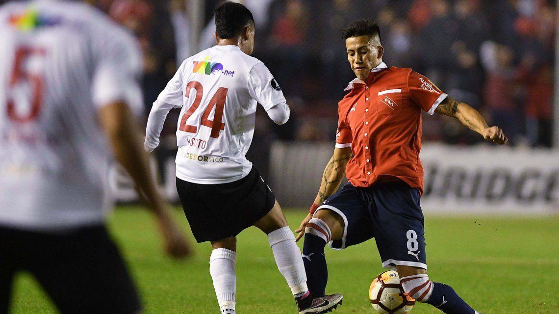 Maxi Meza encara en el que pudo ser su último partido en Independiente