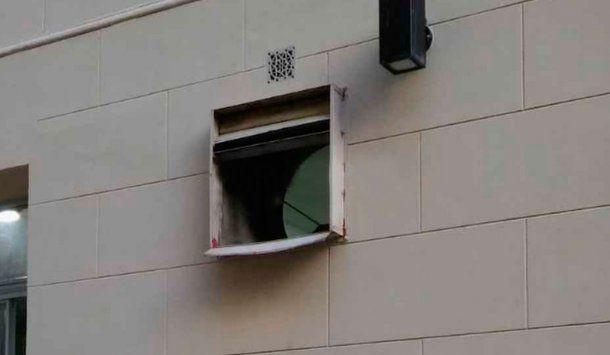Este es el ventiluz por el que se escapó el detenido