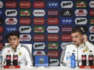 Cristian Pavón y Franco Armani durante la conferencia de prensa en el predio de la AFA