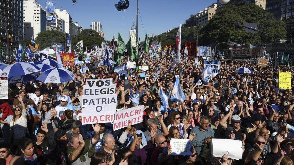 Los manifestantes se acercaron a la 9 de Julio con leyendas como Patria o Macri