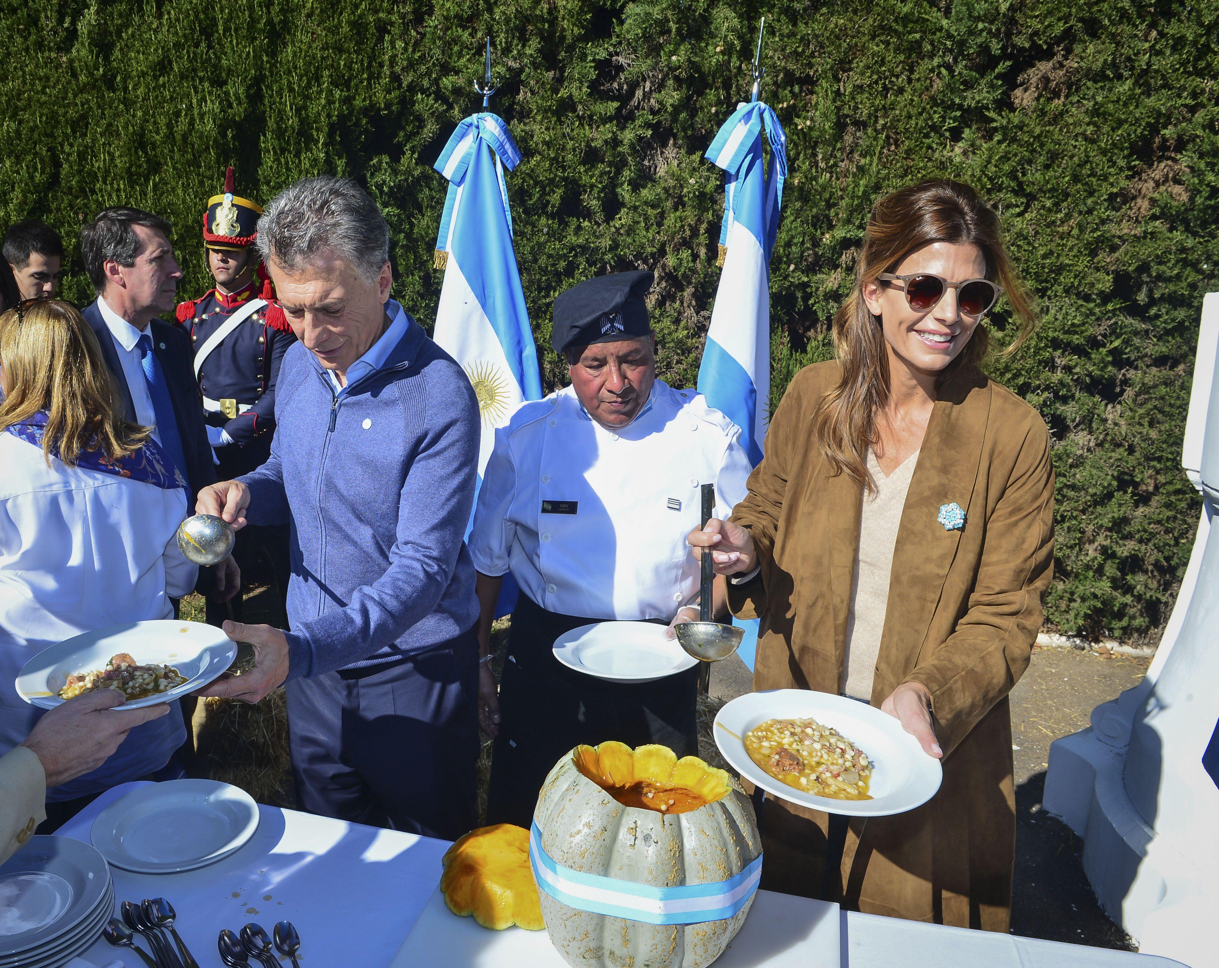 Mauricio Macri y Juliana Awada en el tradicional locro del 25 de Mayo en la Quinta de Olivos