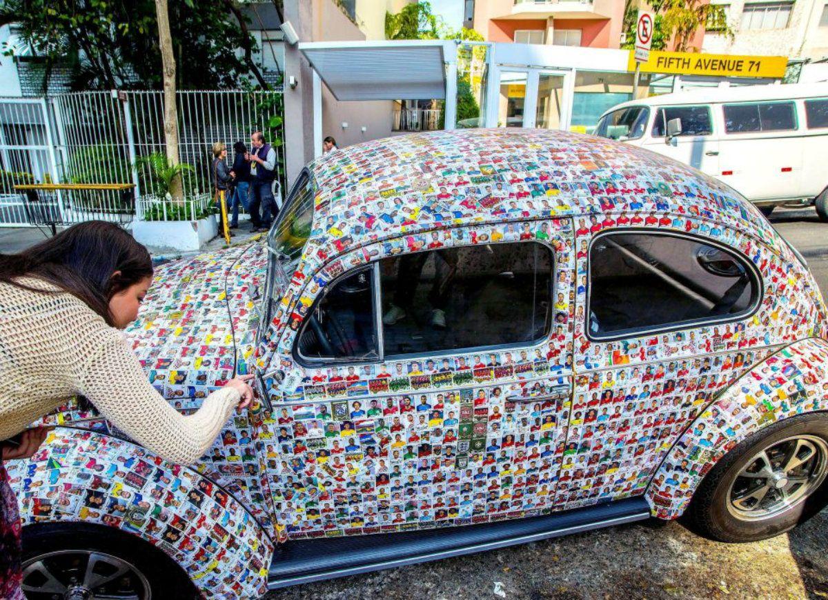 Los amigos de Pedrotti le ayudaron a pegar las 15 mil figuritas del Mundial