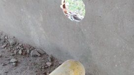 Quisieron sacarle la válvula a un tubo de GNC y atravesó una pared - Crédito: 0223.com.ar