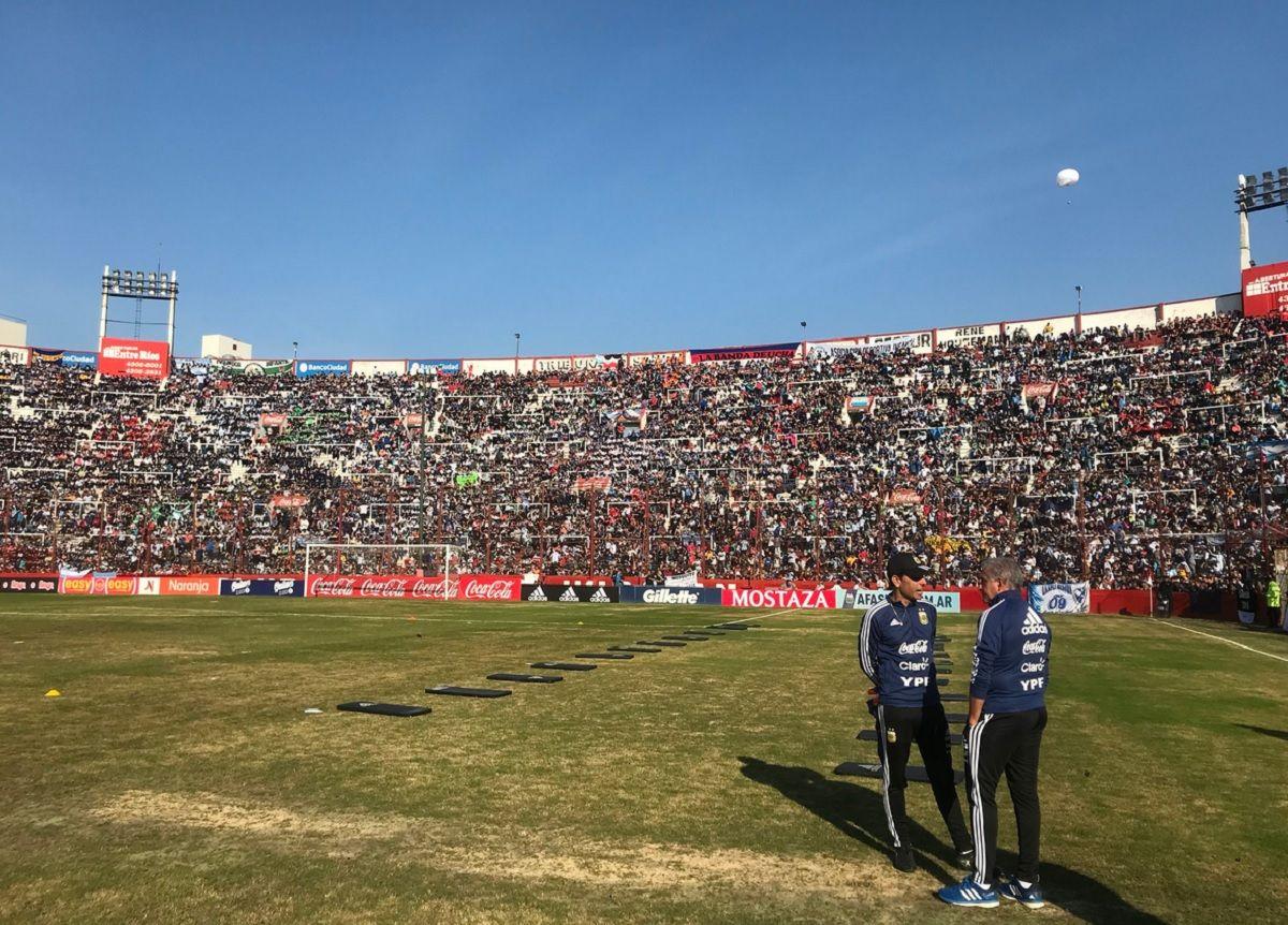 Huracán: la Selección hace una práctica abierta en un campo de juego maltrecho