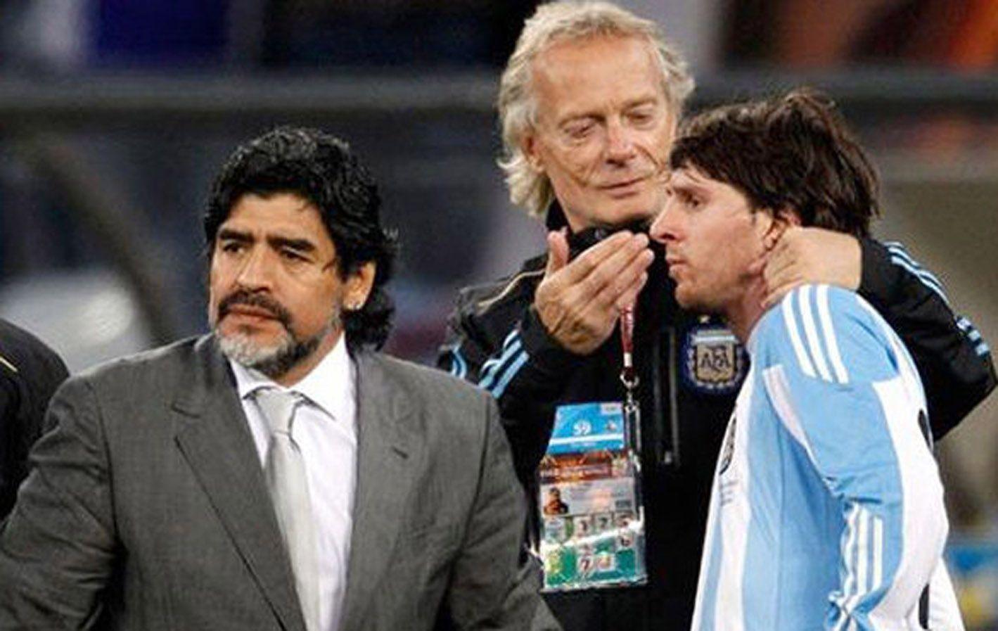 Messi junto a Maradona y Signorini en Sudáfrica 2010.