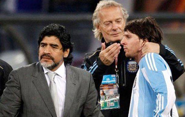 Messi junto a Maradona y Signorini en Sudáfrica 2010.<br>