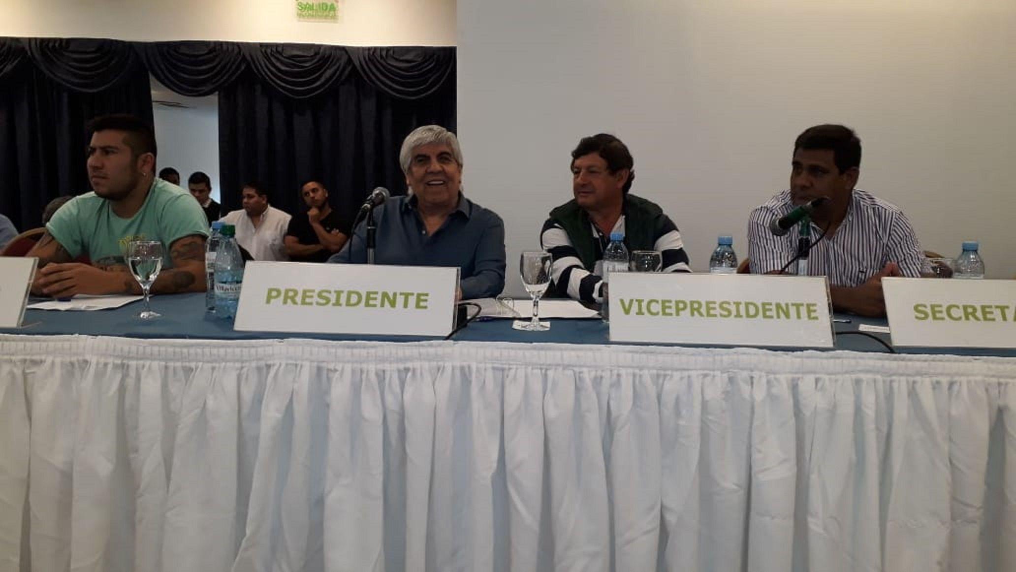 Hugo Moyano ratificó el pedido del 27% de aumento y no descartó un paro
