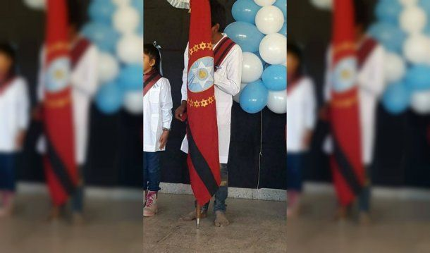 El alumno de la escuela 4507 de San Miguel, en Santa Victoria Este, fue abanderado descalzo
