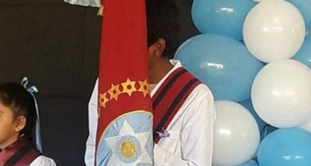 El mejor alumno tuvo el honor de llevar la bandera el 25 de Mayo