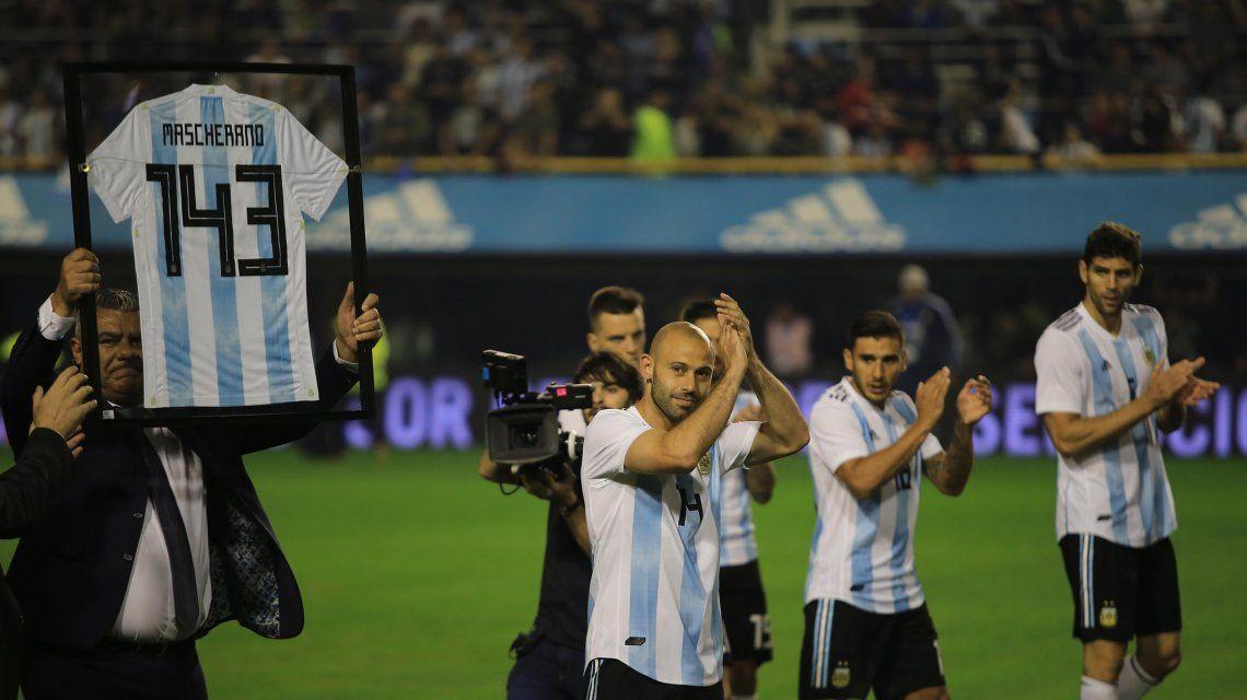Chiqui Tapia exhibe la camiseta que recibió Javier Mascherano