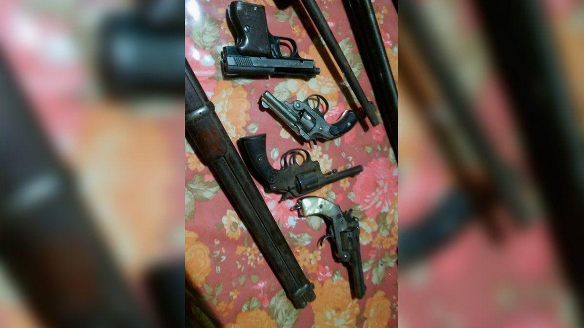 Detuvieron a un anciano que amenazó de muerte al inquilino: tenía 40 armas de fuego