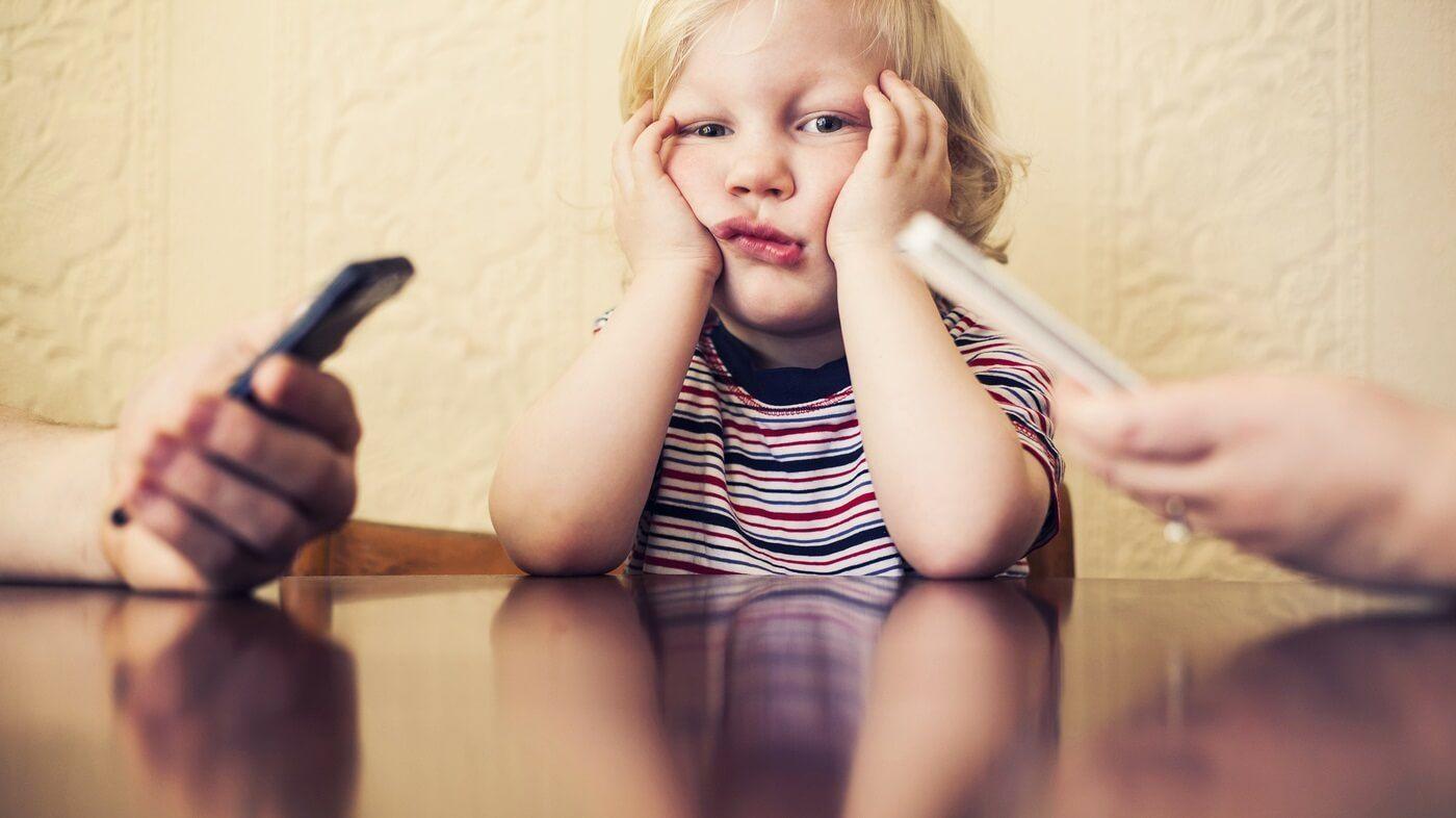 Odio el teléfono de mi mamá: la triste carta de un nene a su profesora