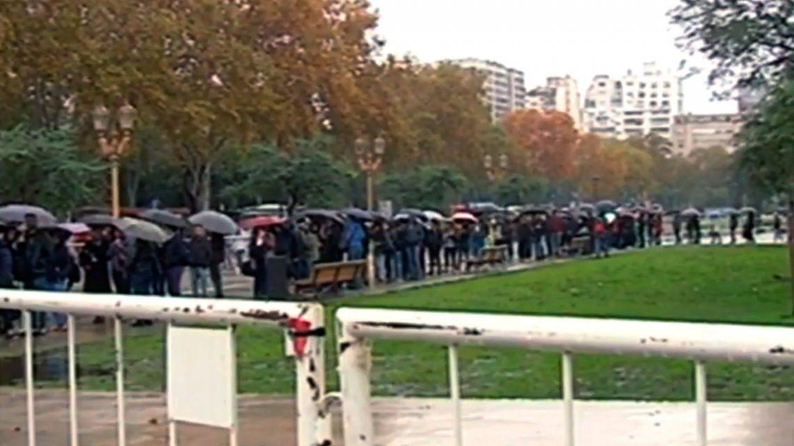 A pesar de la lluvia, más de 80 mil jóvenes hicieron cola en La Rural en busca de trabajo