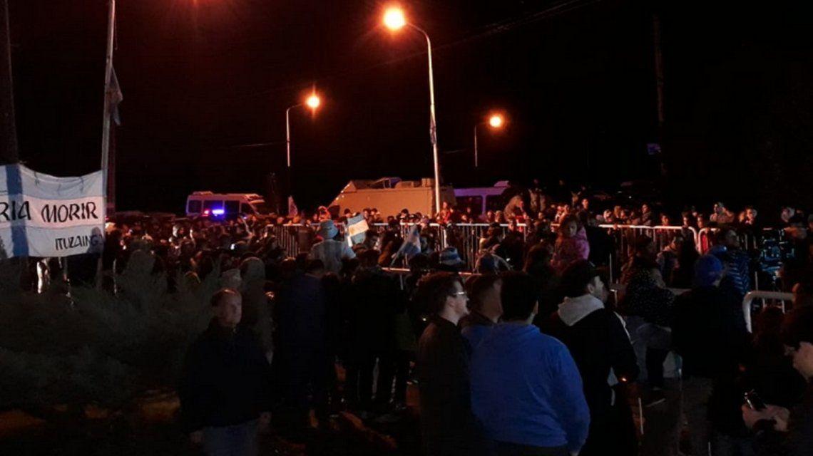 Una multitud espera en las puertas del predio de Ezeiza la salida de la Selección