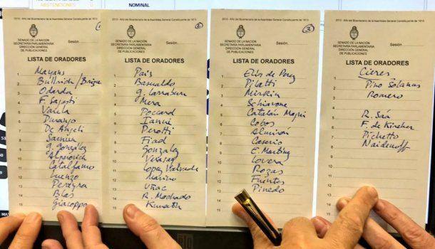 La lista de senadores que van a hablar, y luego de esta foto se agregaron dos nombres