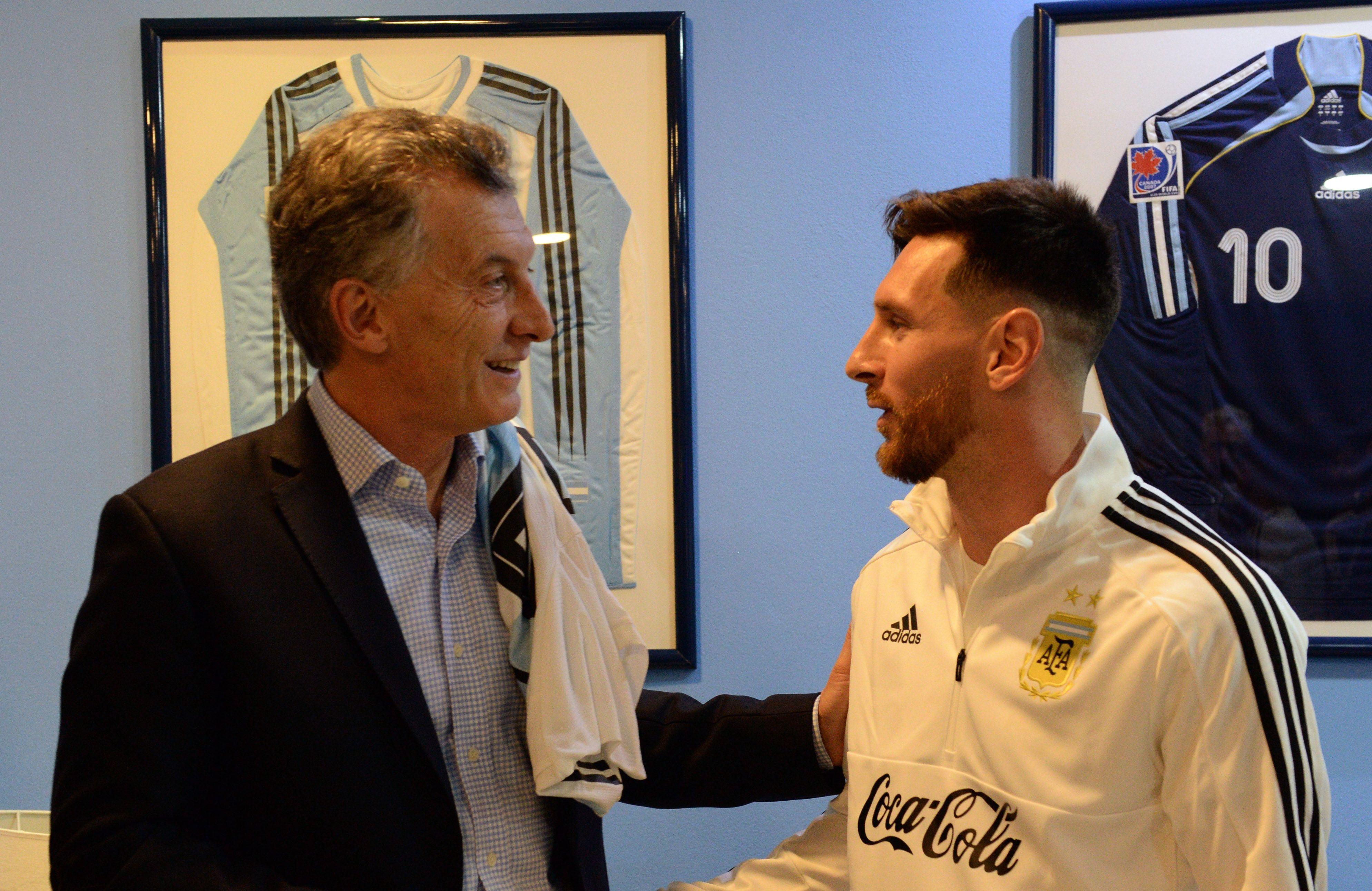 El saludo entre Macri y Messi