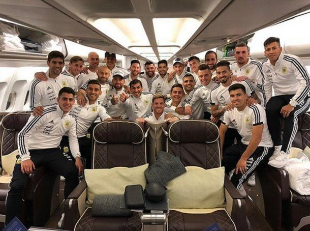 La Selección en el avión que los llevará a Barcelona<br>