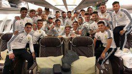 La Selección en el avión que los llevará a Barcelona