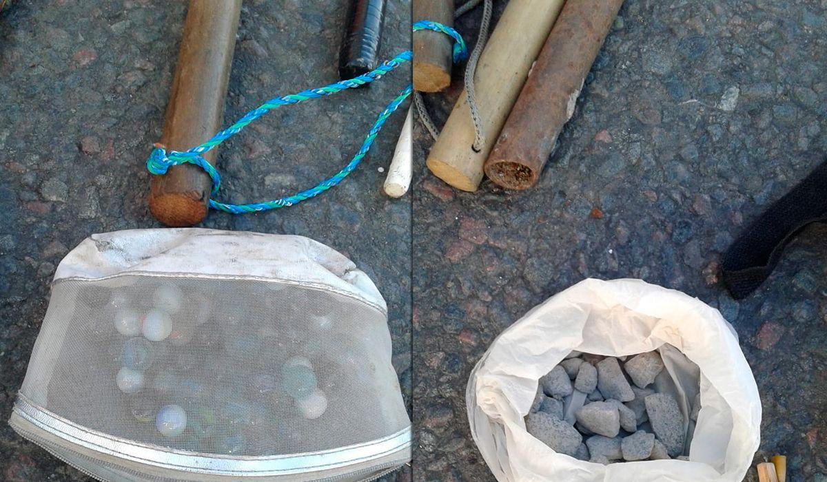 Secuestraron palos y piedras