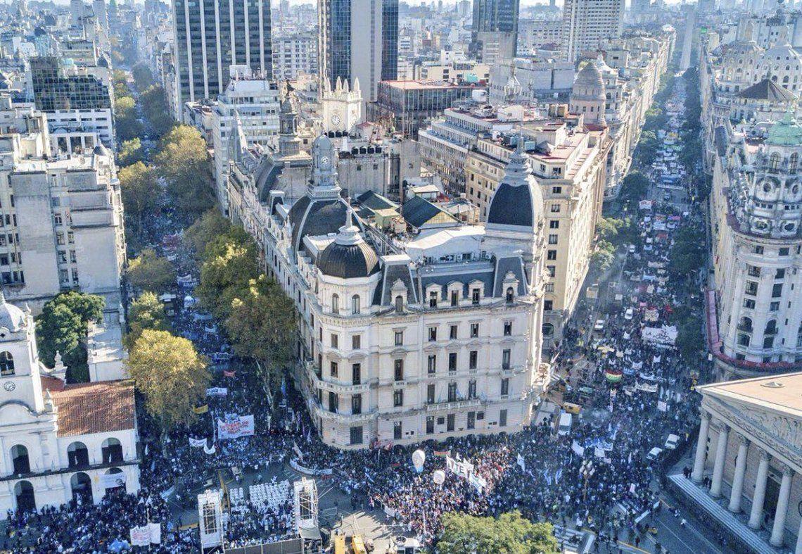 Contra el veto y el ajuste, la multitudinaria Marcha Federal copó Plaza de Mayo