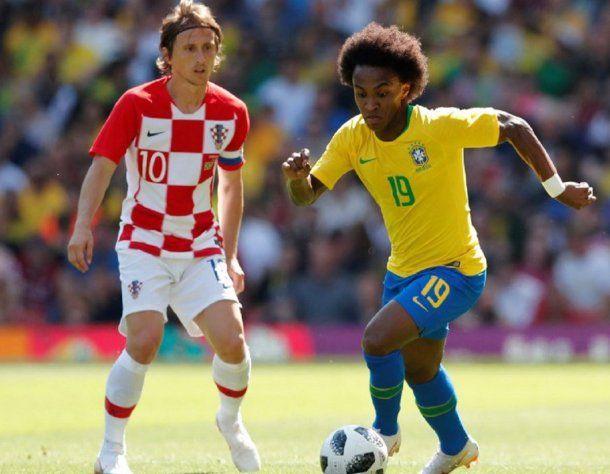 Willian lleva la pelota ante la mirada de Modric, la figura croata