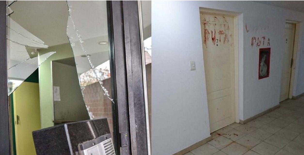 Neuquén: rompió un vidrio y con su propia sangre escribió insultos a su novia en la puerta de su casa