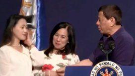 El presidente de Filipinas obligó a besar a una joven y la TV oficial borró el video
