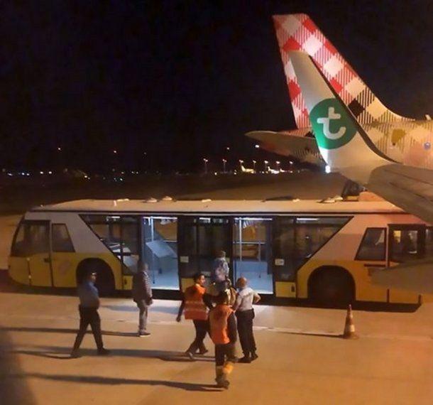 El hombre fue escoltado fuera del avión por el personal médico y trasladado en un micro del aeropuerto.