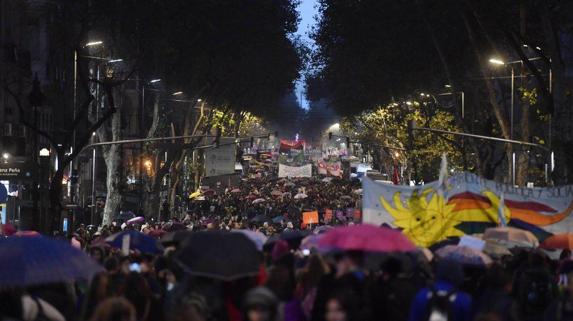 {altText(Una gran multitud se concentraba en Perú y Avenida de Mayo en el marco de la marcha #NiUnaMenos, para luego avanzar hasta el Congreso.,Masiva marcha de Ni una menos al Congreso con el reclamo por la legalización del aborto)}