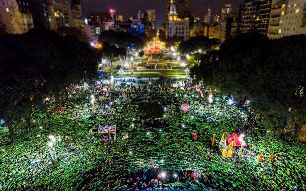 Una gran multitud se manifestó en la marcha #NiUnaMenos frente al Congreso. (foto @PrensaObrera)<br>