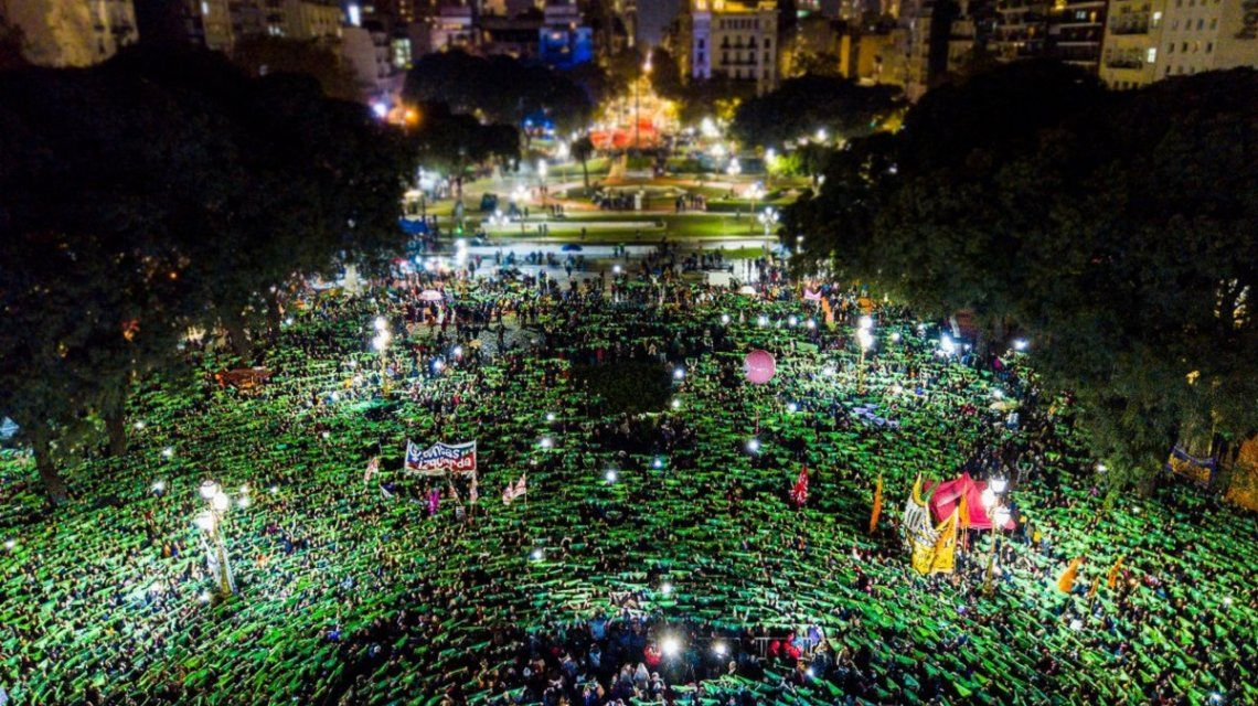 {altText(Una gran multitud se manifestó en la marcha #NiUnaMenos frente al Congreso. (foto @PrensaObrera)<br>,Masiva marcha de Ni una menos al Congreso con el reclamo por la legalización del aborto)}