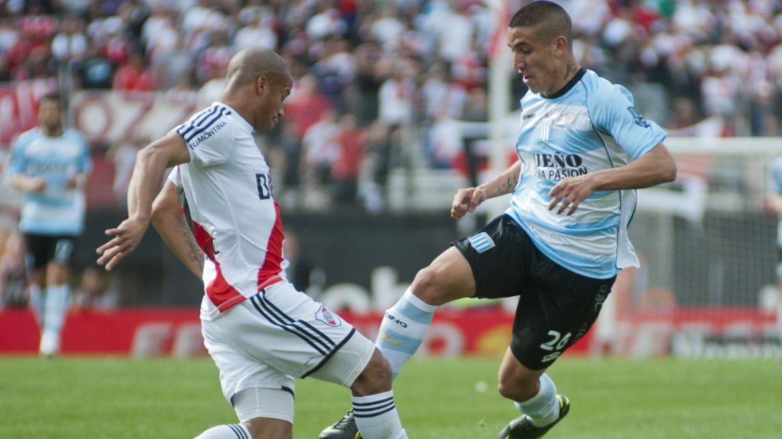 Centurión con la camiseta de Racing encara a Carlos Sánchez de River durante un partido del Torneo Inicial 2012