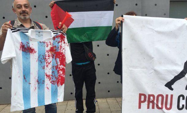 Los manifestas y la camiseta manchada de sangre (foto: @guardaceci)
