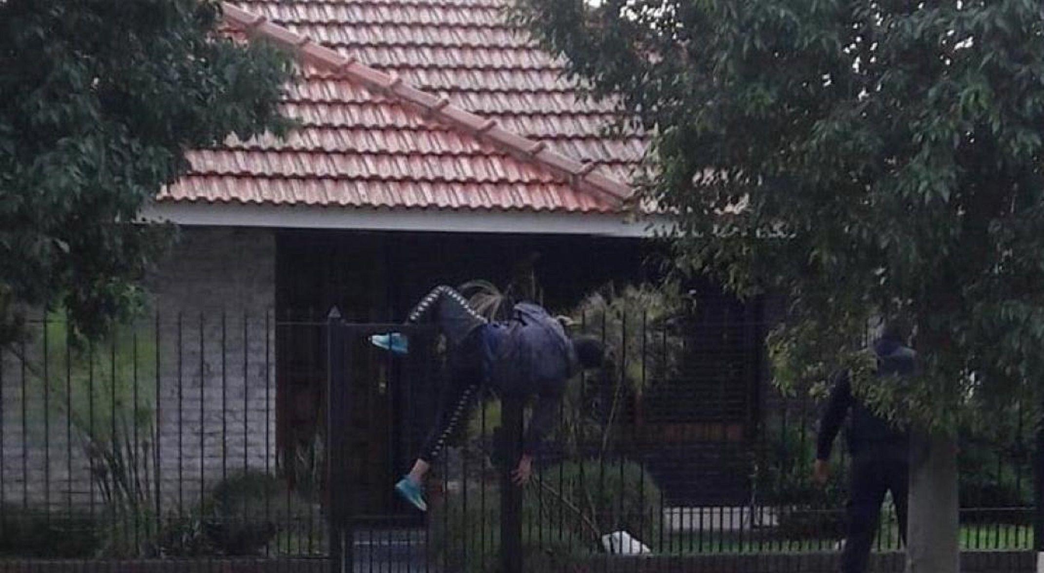 VIDEO: Quiso asaltar una casa y quedó enganchado de la reja