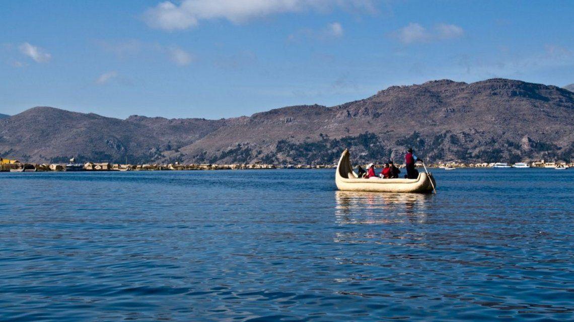 Buscan a un turista argentino que cayó al lago Titicaca en Bolivia