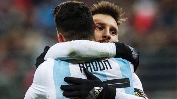 Lionel Messi y Cristian Pavón pueden ser compañeros en Barcelona<br>