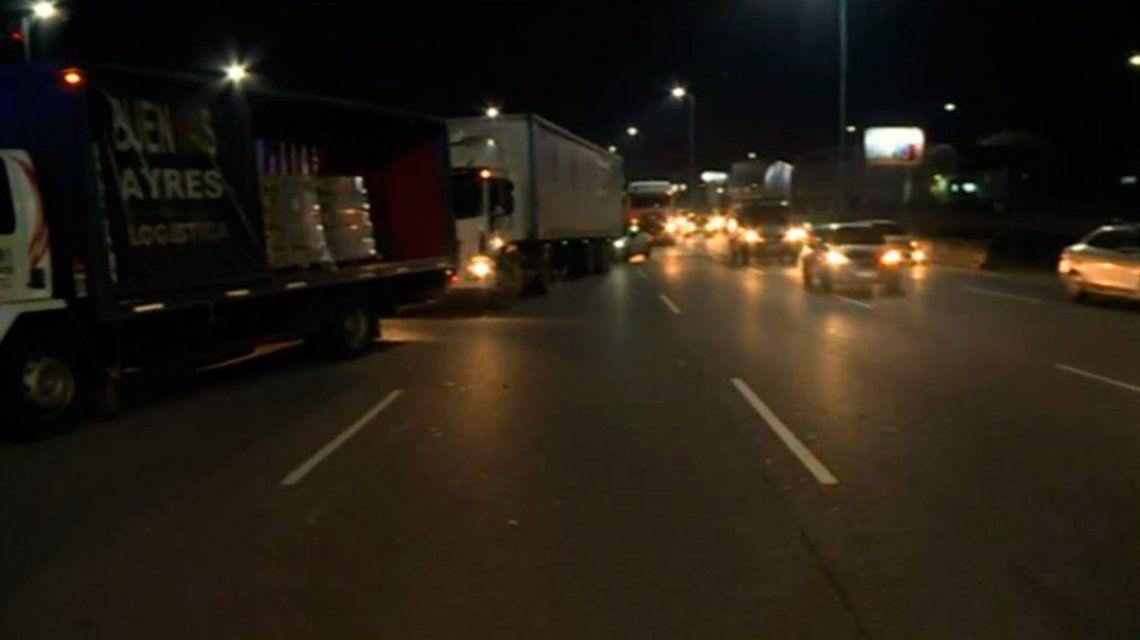 Sorpresivo paro: Camioneros bloquean varios accesos a la Ciudad