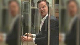 Holanda: al primer ministro se le cayó el café y él mismo limpió el piso