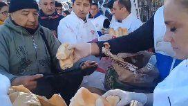 Arrancó el panazo: regalan bolsas con medio kilo de pan frente al Congreso