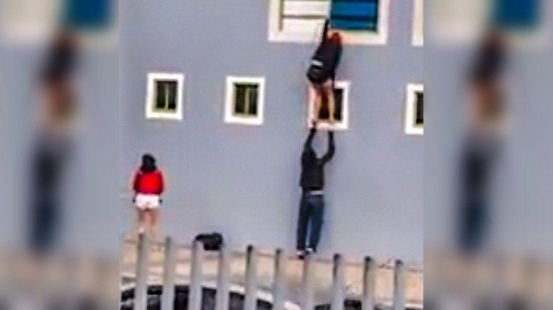 Colombia: hicieron un trío, se quedaron sin plata y escaparon del hotel por la ventana