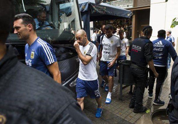 Los jugadores de la Selección a la salida del restaurante.