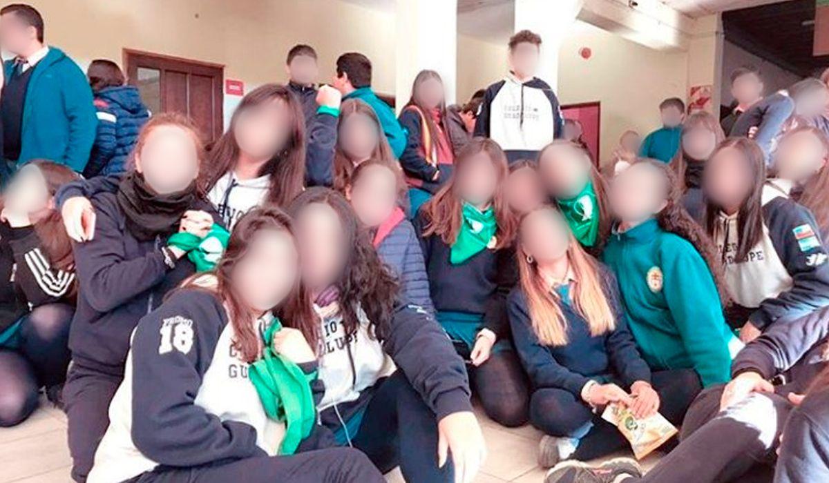 Un cura le prohibió usar el pañuelo verde a una alumna: Es un colegio católico