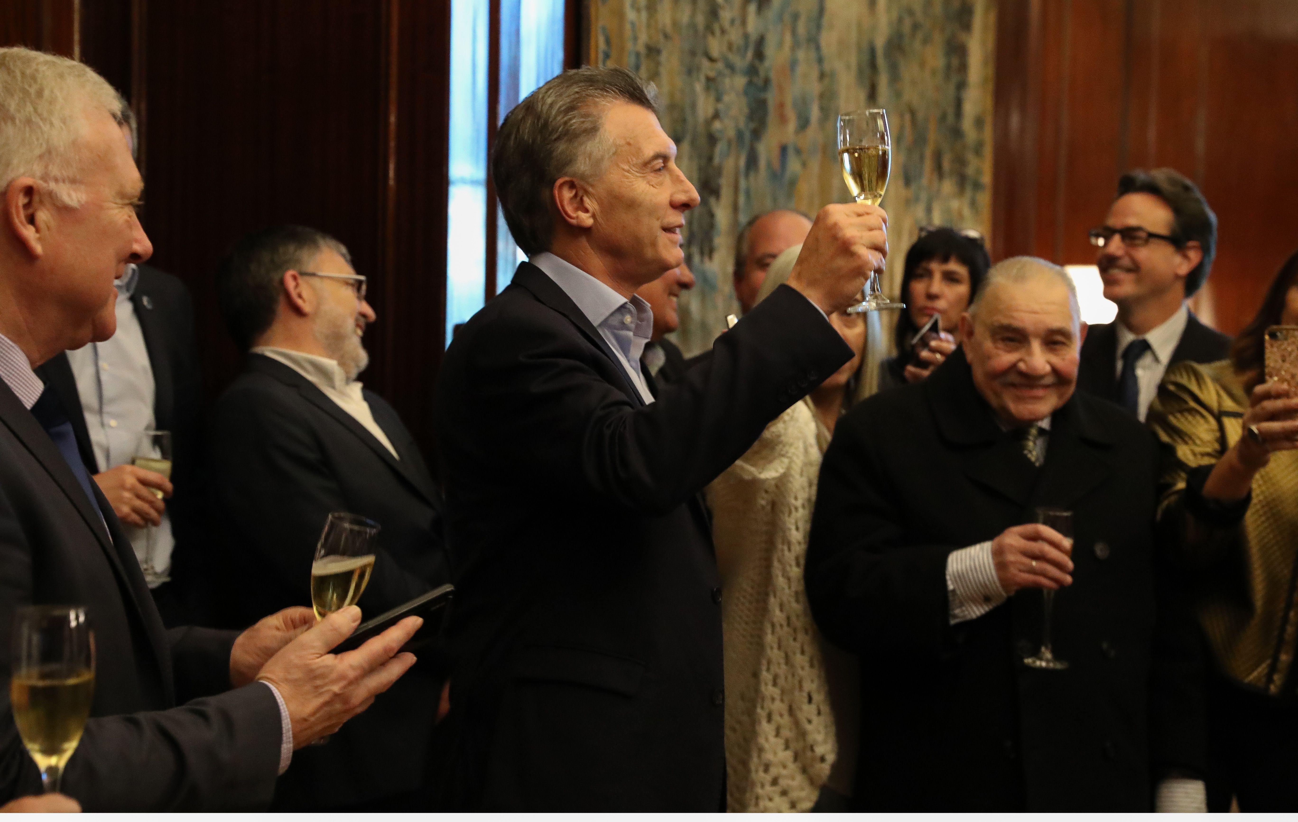 El Presidente brindando con periodistas acreditados en Casa Rosada.