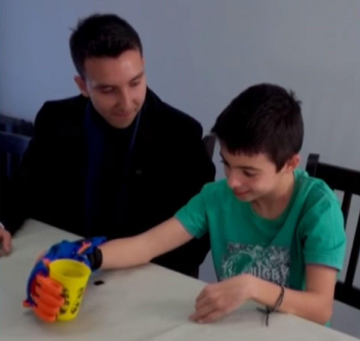 Un ejemplo: reclusas del penal de Ezeiza hicieron una prótesis 3D para un nene que le falta una mano