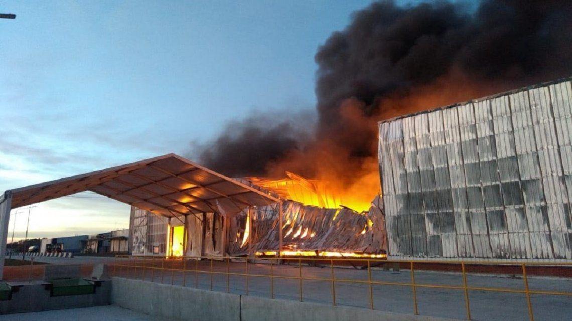 Así fue el incendio en el depósito de una cervecería en Zárate