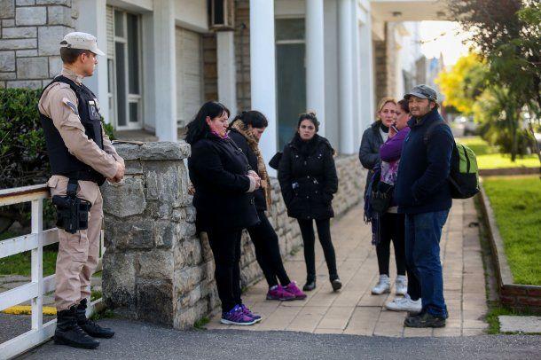 Familiares de los tripulantes del buque Rigel se acercaron al edificio de la Prefectura Naval Argentina.