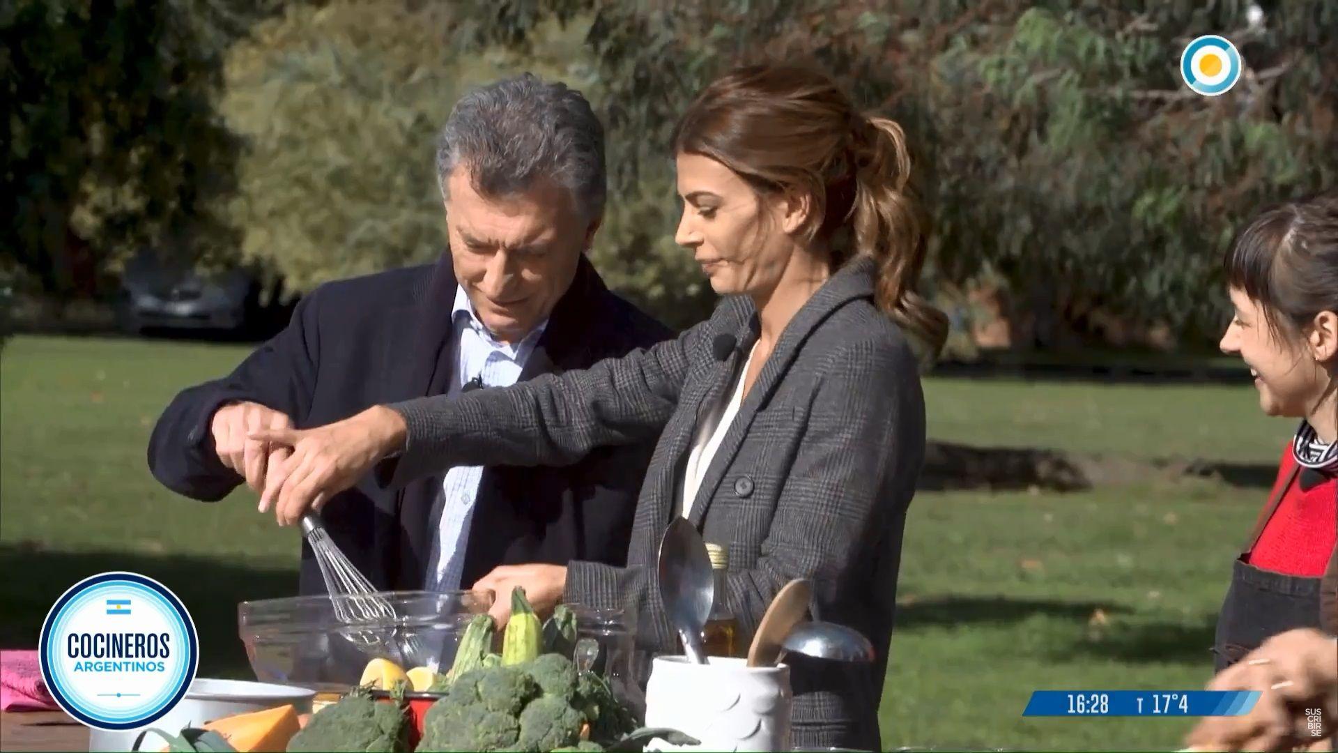 No, mirá...: Macri quiso batir unos huevos en Cocineros Argentinos y Juliana Awada lo retó