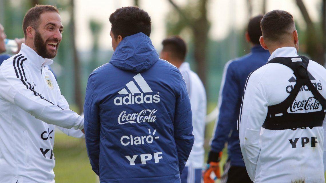 Gonzalo Higuaín recibiendo a Enzo Pérez