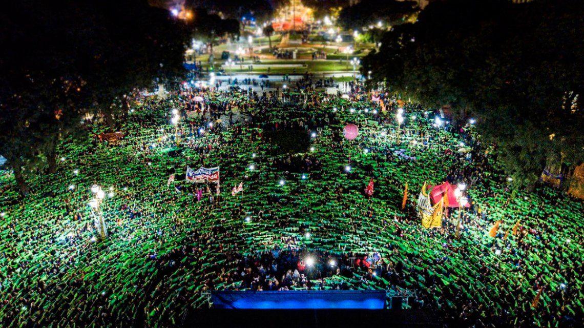 Miles de mujeres se manifestaron a favor de la legalización del aborto