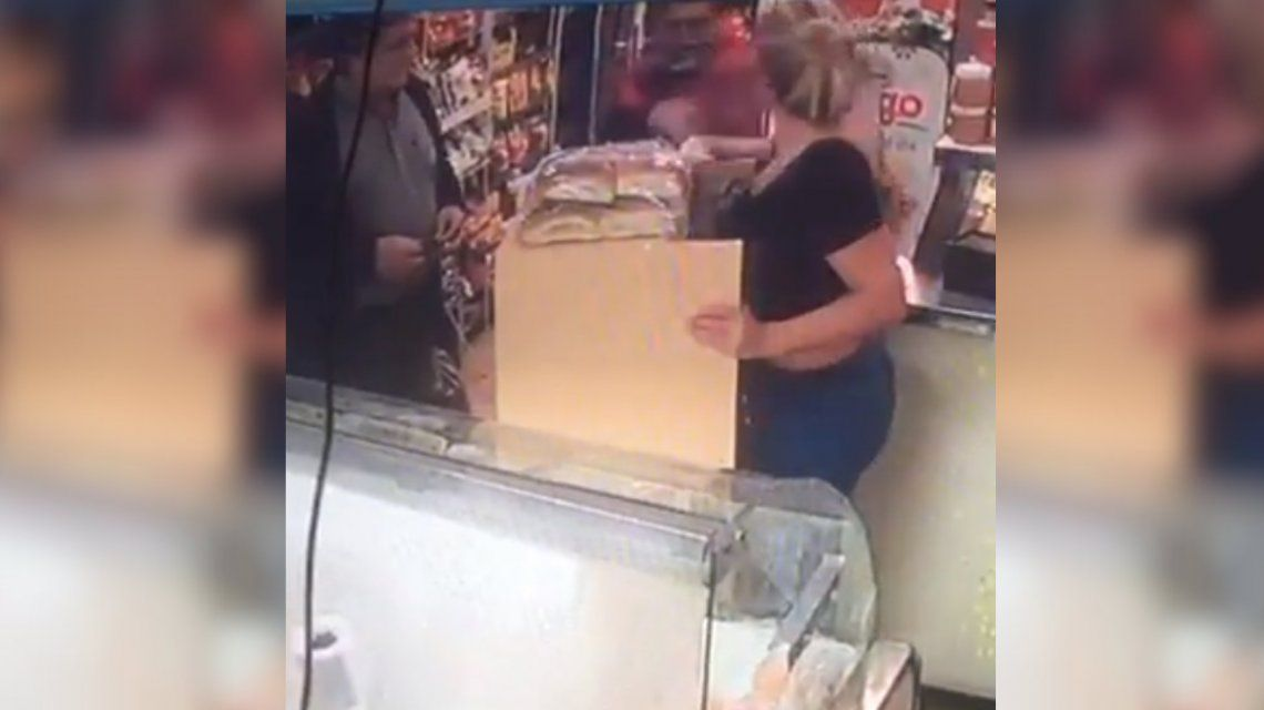 VIDEO: Una mujer se enfrentó a un delincuente armado y evitó un asalto